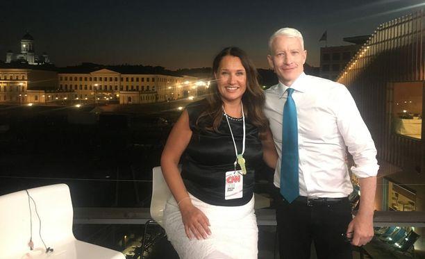 Anderson Cooper on yksi Yhdysvaltain rikkaimmista ja vaikutusvaltaisimmista toimittajista. Helsinkiläinen Serafiina Sainio huolehti viikonloppuna Cooperin ehostuksesta.