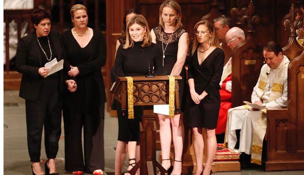 Jenna Bush Hager puhuu tilaisuudessa. Hän on George W. Bushin tytär.