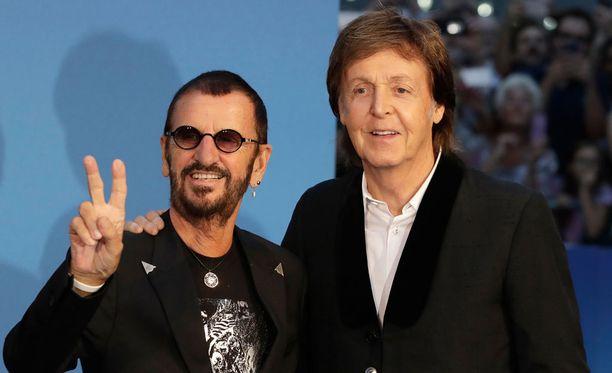 The Beatles -yhtyeen Ringo Starr ja Paul McCartney poseerasivat yhdessä yhtyeestä kertovan dokumenttielokuvan ensi-illassa.