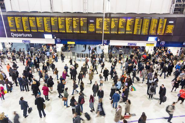 Matkustajia on jäänyt lomakohteisiin, kun lentoja on peruttu konkurssin jälkimainingeissa.