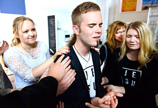 Patrick Tiainen rekisteröi keväällä 2014 Uskon sana -nimisen uuskarismaattisuutta edustavan yhteisön.