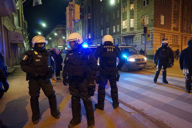 Poliiusit tarkkailemassa mielenosoituskulkueita vuonna 2016.