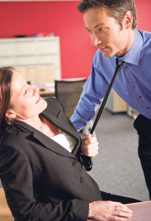 Miehetkin joutuvat työpaikoillaan ahdistelun uhreiksi.