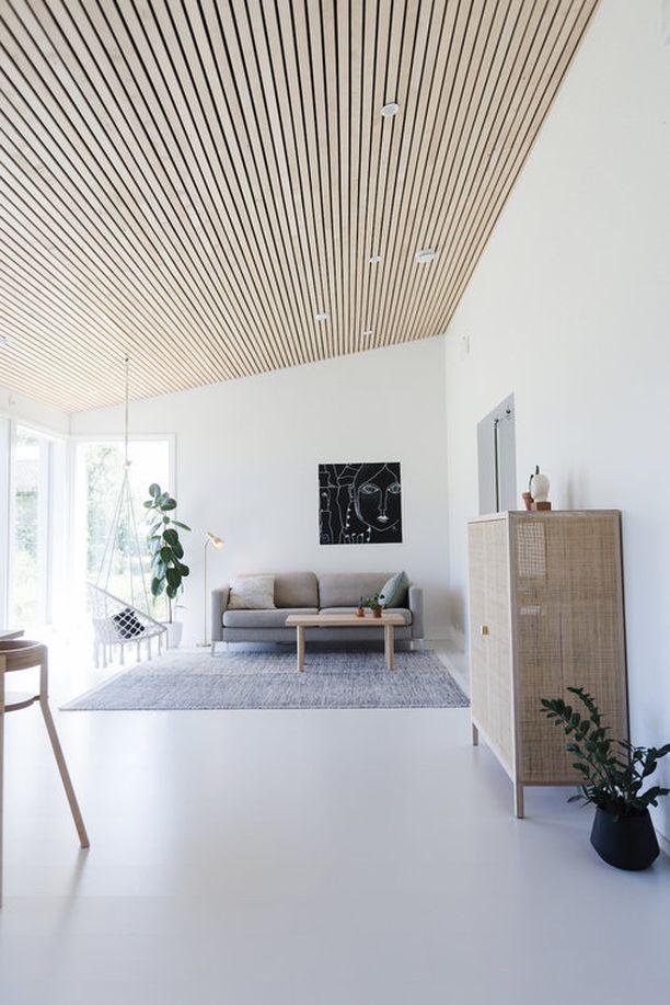 Puu on paitsi ekologinen mutta muodikas valinta skandinaaviseen kotiin. Valkoisen vastaparina tunnelma on raikas, kun taas värikkäässä kodissa tunnelma on lämmin.