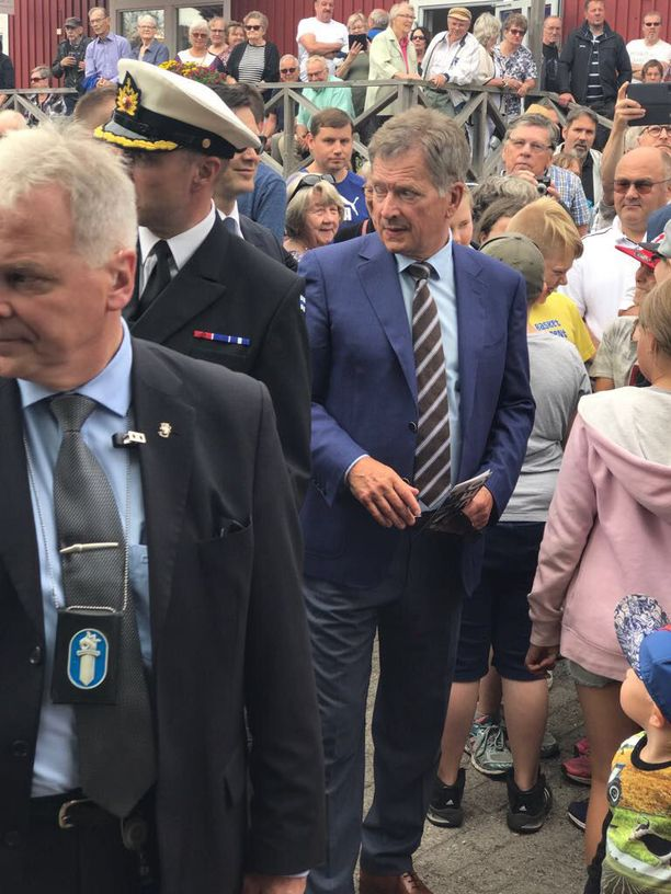 Sadat ihmiset olivat saapuneet kuuntelemaan tasavallan presidentti Sauli Niinistöä Uudenkaupungin Pakkahuoneen torille.
