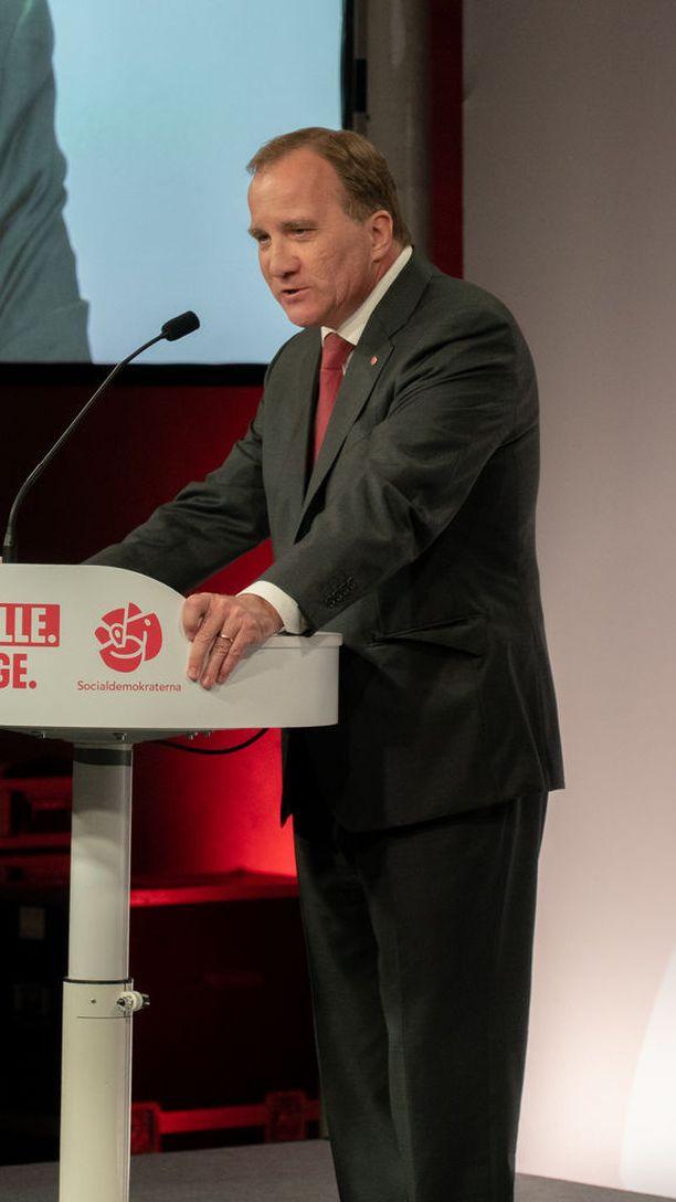 Stefan Löfven ilmoitti jatkavansa sunnuntaina pääministerinä vaalitappiosta huolimatta. Allianssipuolueiden johtajat ovat vaatineet Löfveniä eroamaan.