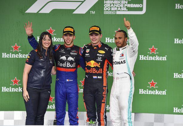 Max Verstappenin voittoon auttanut Hannah Schmitz sai kunnon samppanjasuihkun palkintopallilla.