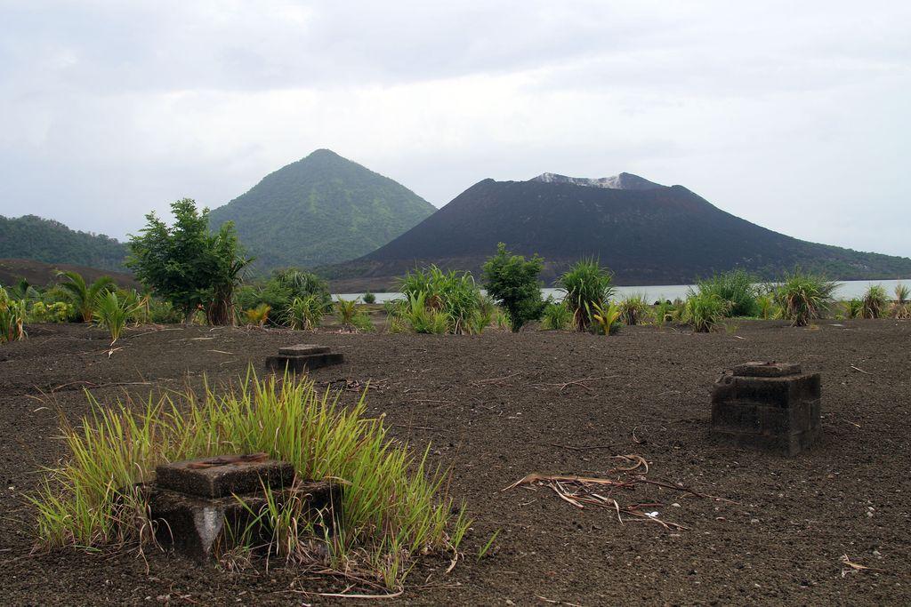 Taustalla Tavurvurin tulivuori oikealla.