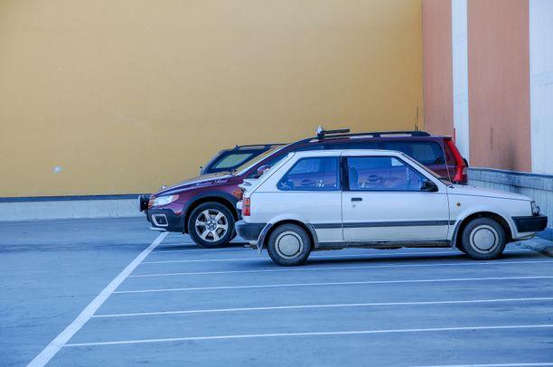 Onnettomuus tapahtui parkkipaikalla. Kuvituskuva.