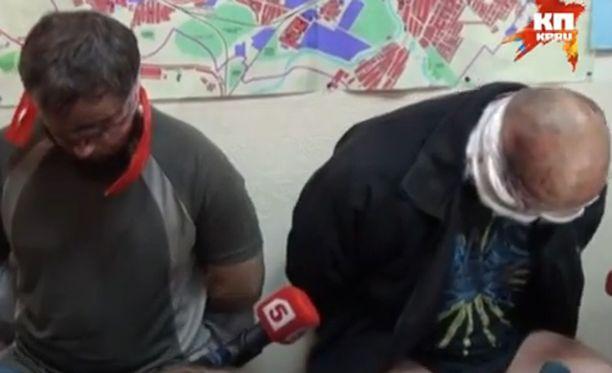Videolla kuvatut ja haastatellut miehet ovat selvästi kärsineet väkivallasta.