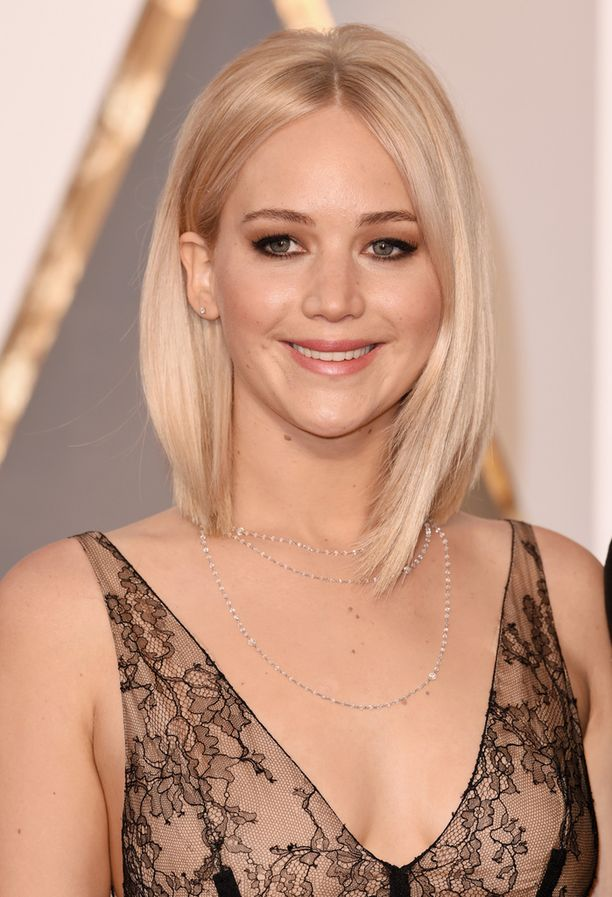 Jätä hiukset auki! Sileä pitkä polkka pukee Jennifer Lawrencea.