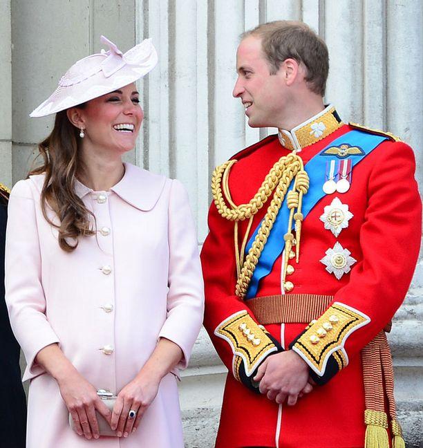 Catherine ja William ovat Kelan lahjasta ilahtuneita.