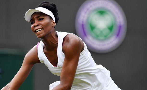 Venus Williams puhkesi voittonsa jälkeen kyyneliin.