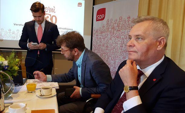 SDP:n puheenjohtaja Antti Rinne ja kansanedustaja Timo Harakka (sd) esittelivät keskiviikkona SDP:n vero-ohjelman. Taustalla SDP:n eduskuntaryhmän viestintävastaava Dimitri Qvintus.