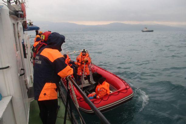 Pelastustyöntekijät etsivät sunnuntaina turmakoneen uhreja Mustastamerestä.