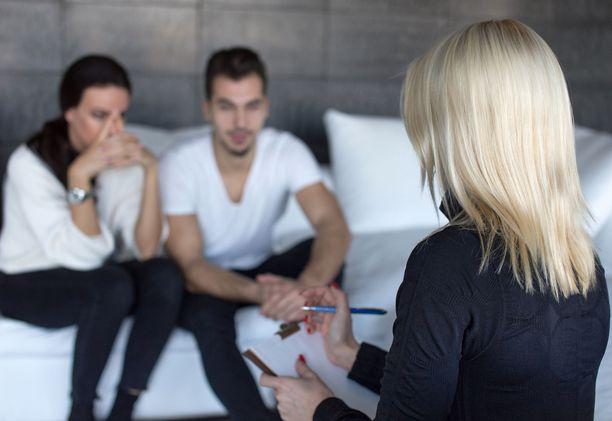 Omien tunteiden kertominen tuntemattomalle terapeutille voi aluksi tuntua ahdistavalta,