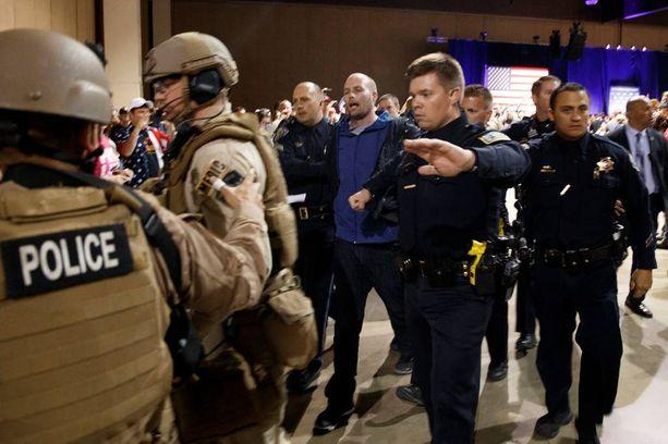 Poliisit taluttivat Austyn Critesin pois paikalta.