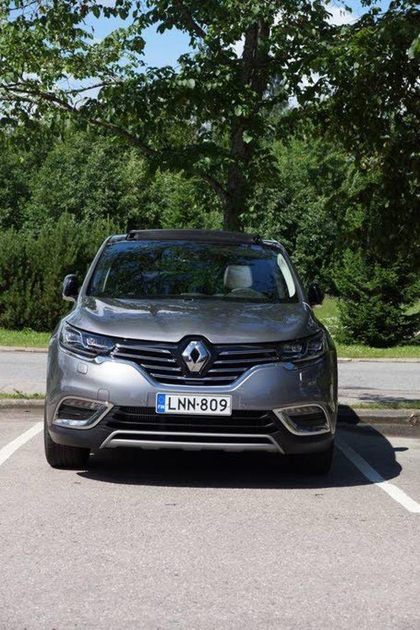 Renaultin lippulaiva ei häpeile logoaan, joka on nykytyyliin lähes megalomaanisen kookas.