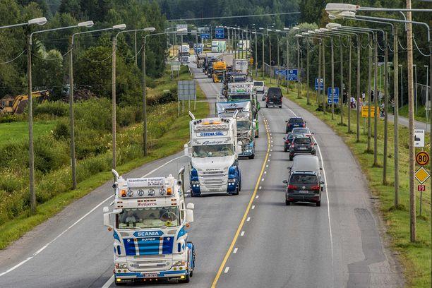 Torstaina järeät dieselit ryskävät pitkin Pohjanmaata.