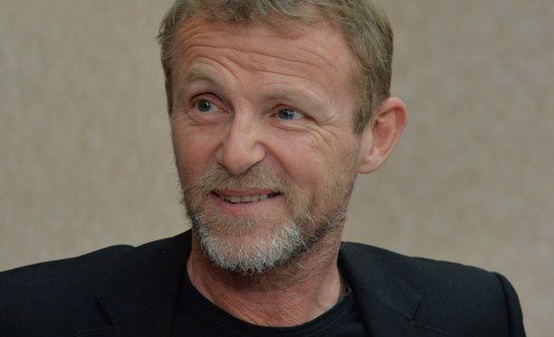 Kirjailija Jo Nesbö on televisiosarjan kirjoittaja.