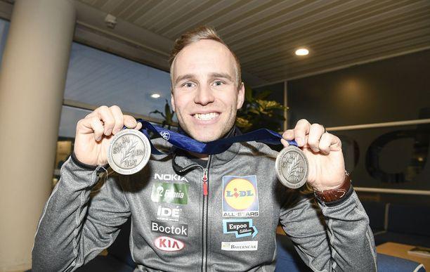 Mika Poutala esitteli kahta EM-hopeaansa. Henkilökohtaisen kisan mitali on hieman suurempi kuin joukkuemitali.