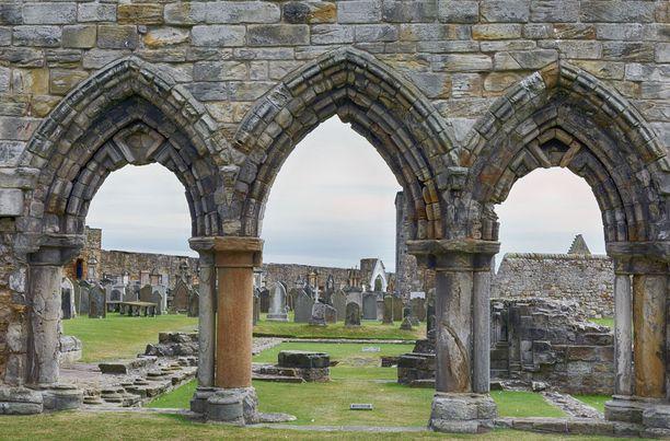 St. Andrewsin katedraalin raunoilla kummittelee tarinoiden mukaan valkopukuinen nainen.
