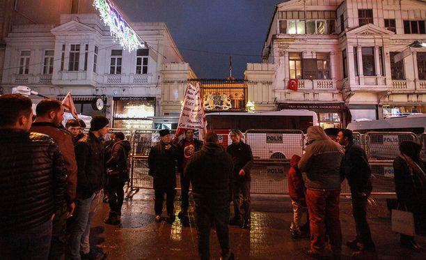 Turkkilaiset osoittivat Rotterdamissa mieltään sunnuntaina.