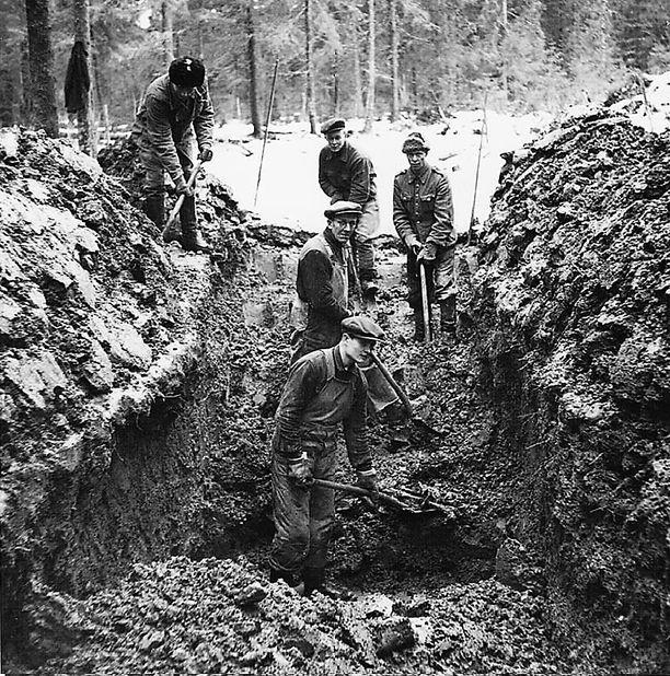 Hennalan ortodoksihautausmaalle haudattujen, pääasiassa nälkään ja sairauksiin kuolleiden punavankien jäännösten siirto Vähätalon metsään perustettuun punaisten hautausmaahan oletettavasti kevättalvella 1949.