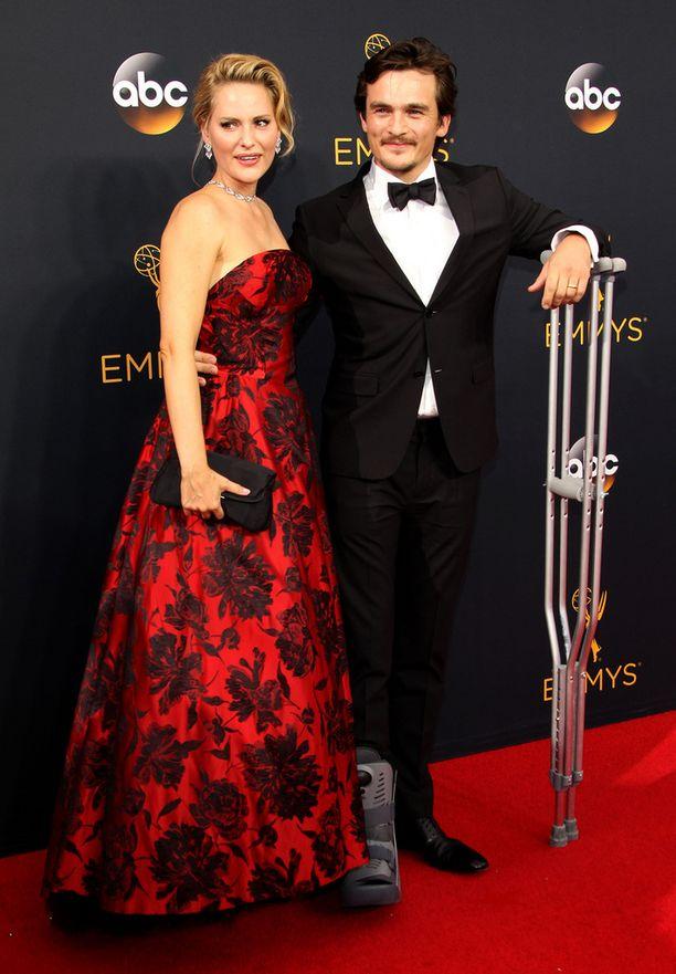 Friend kuvattiin jalka paketissa vaimonsa Aimee Mullinsin kanssa Emmy-gaalassa.