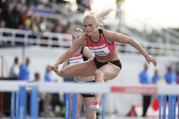 Lotta Haralan kesän tulokset jäivät heikoiksi. Paras 100 metrin aitojen tulos oli 13,15.