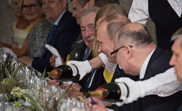 Tiedotustilaisuuden erikoinen lasinvaihtoepisodi ei toistunut Olavinlinnan illallisella.