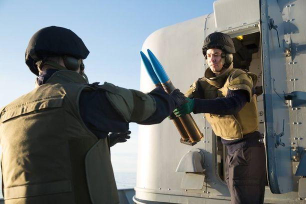 Tykille ruokaa. Merivoimien pääsotaharjoitukseen osallistuvat merikadetit hiovat aselajitaitoja. Kadetti Kim Ståhlhammar ottaa vastaan ilmatorjuntatykin kranaatteja Bofors-tykkiin. Kohta ammutaan.