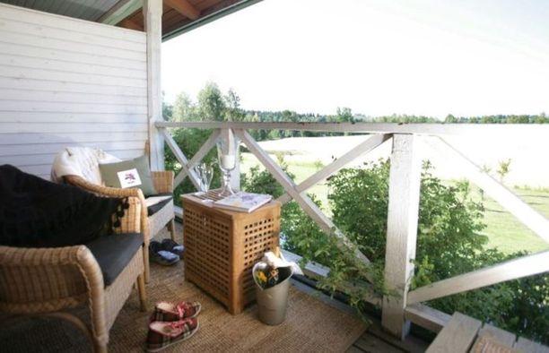 Tertin Kartanossa Mikkelissä voi omalta verannalta ihastella tilan puutarhaa.
