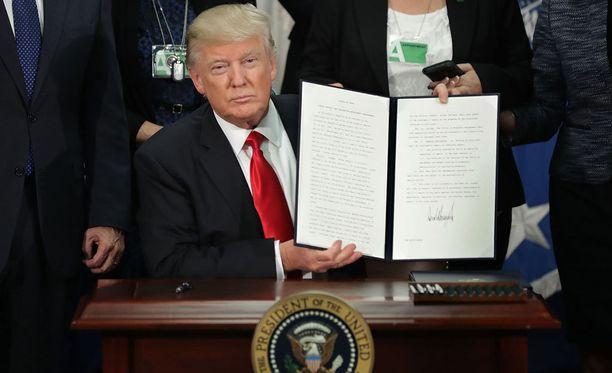 Trump on ensimmäisen presidenttiviikkonsa aikana allekirjoittanut lukuisia asetuksia.