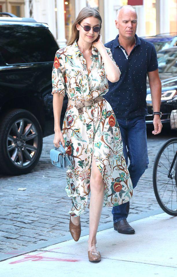 Myös malli Gigi Hadid on valinnut ylleen kuvioidun maksimekon. Huomaa myös vyö ja loaferit!