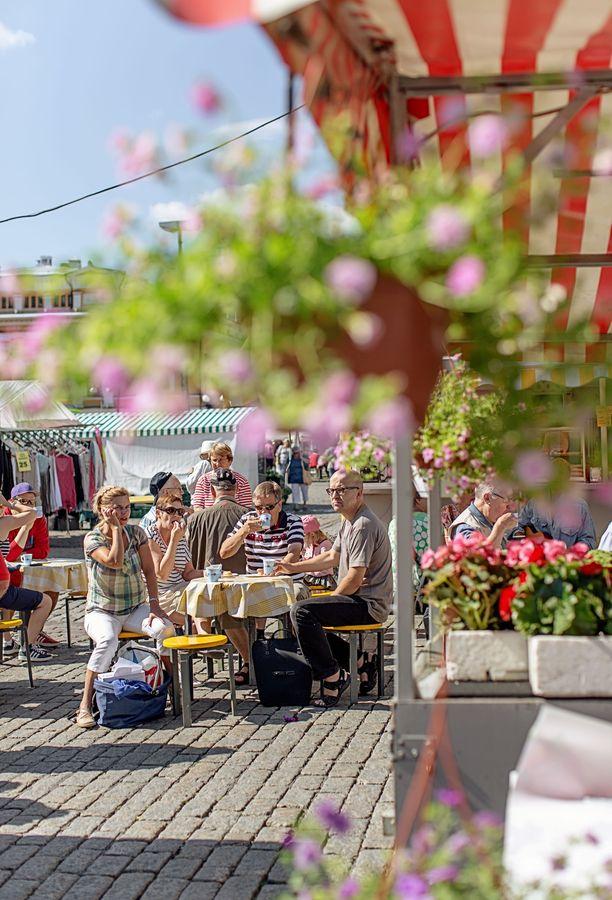 Turun kauppatorilla on tunnelmaa - tänäkin kesänä, vaikka osa torista onkin työmaana toriparkin rakentamisen takia.