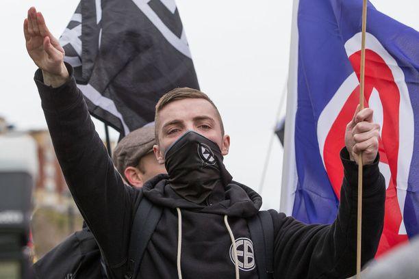 National Actionin jäsen teki natsitervehdyksen sieg heil -huudon saattelemana Newcastlessa vuonna 2015.