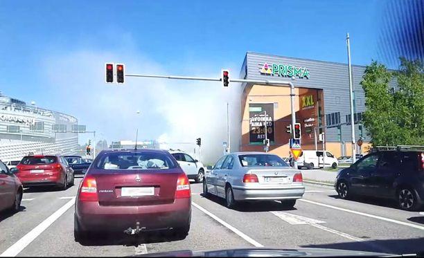 Säiliörekka savutti Itäkeskuksen lähellä.
