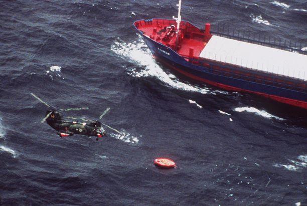 Ehrnsten ja toinen suomalainen pääsivät kapuamaan pelastuslautalle. Kuvassa ruotsalainen helikopteri pelastustöissä turman jälkeen.