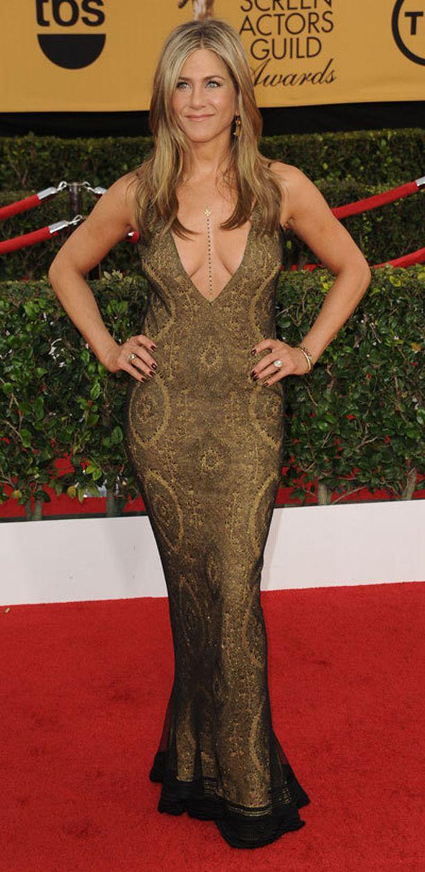 Jennifer Anistonin avara kaula-aukko herätti huomiota.