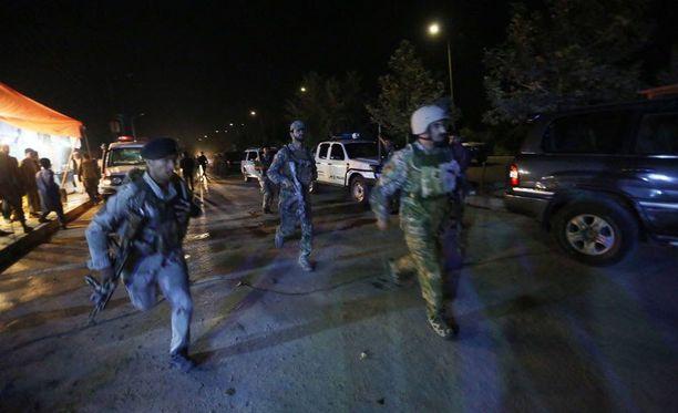 Afganistanin turvallisuusjoukot ovat yliopiston edustalla Kabulissa ja koettavat saada tilanteen ratkaistua.