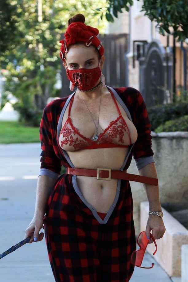 Phoebe Price hämmästytti asullaan Los Angelesin kaduilla.