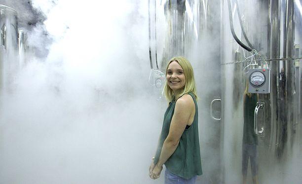 Solveig Hareide vierailee Arizonassa sijaitsevassa Alcorin ruumissäilytyskammiossa. Kuvan alumiinipöntöissä säilötään syväjäädytettyjä ihmisiä. Yhteen tankkiin mahtuu neljä kokonaista ruumista ja monta päätä.