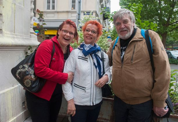 Toni Välitalon Aira-äiti ja äitienpäivästä asti poikien mukana ollut Kyösti-isä ja Suvi ovat mukana koko matkan.