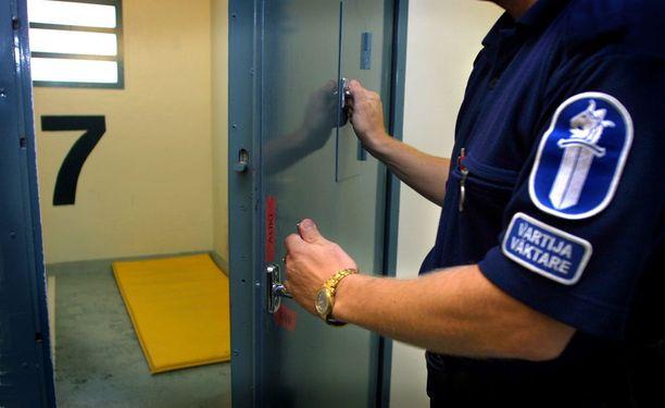 Poliisin säilötilat ovat karuja. Kuva on Tampereen poliisitalolta.