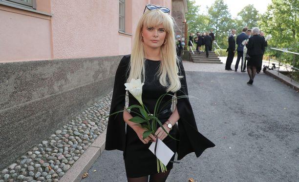 Erika Vikman kertoo saaneensa Taikapeili-konkari Hanna-Riikka Siitoselta kullanarvoisia neuvoja viihdealaan liittyen.