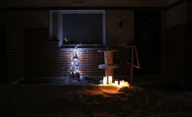 Surmansa saanut naisuhri oli pidetty pesäpallovalmentaja. Uhrin kotitalon eteen tuotiin kynttilöitä surman jälkeen.