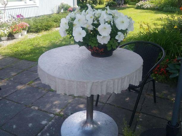 Minna teki etupihalla olevan pöydän pöytäliinasta hieman lyhyemmän, jotta se ei kolahtele istuessa polviin.