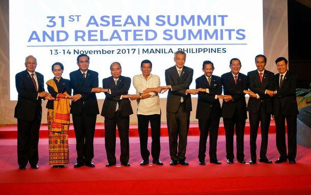 Asean-maiden johtajat näyttivät, miten oikeaoppinen kättelyketju muodostetaan. Kuvassa vasemmalta oikealle Malesian Najib Razak, Myanmarin Aung San Suu Kyi, Thaimaan Prayut Chan-o-cha, Vietnamin Nguyen Xuan Phuc, Filippiinien Rodrigo Duterte, Singaporen Lee Hsien Loong, Brunein Hassanal Bolkiah, Kambodzhan Hun Sen, Indonesian Joko Widodo ja Laosin Thongloun Sisoulith.