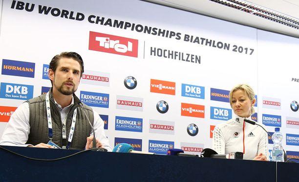 Poliisi piti Itävallan Hochfilzenissä tiedotustilaisuuden dopingratsian löydöistä.